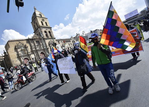 Bolivian teachers defy the pandemic with anti-government march